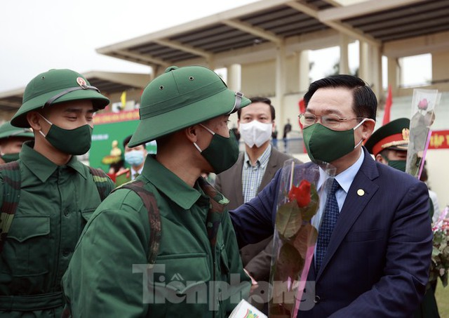 Bí thư Vương Đình Huệ tặng hoa, tiễn tân binh lên đường nhập ngũ - Ảnh 8.