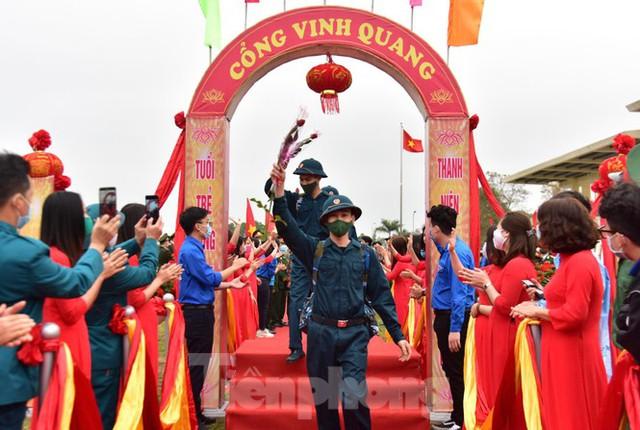 Bí thư Vương Đình Huệ tặng hoa, tiễn tân binh lên đường nhập ngũ - Ảnh 10.