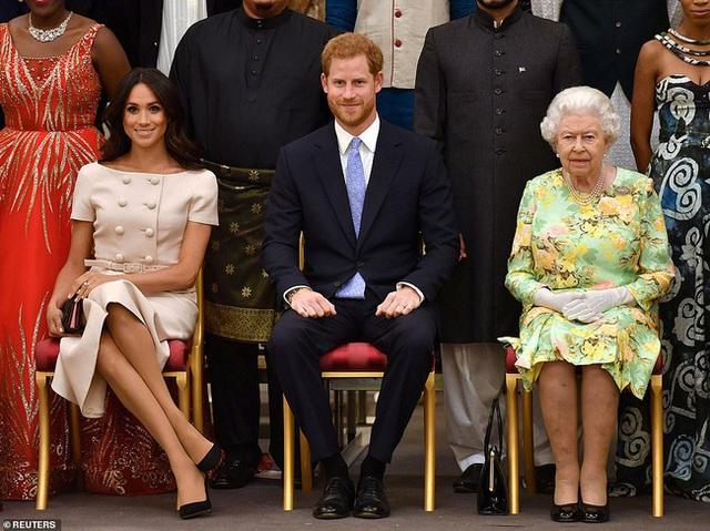 Trước cuộc phỏng vấn bom tấn của nhà Sussex, Nữ hoàng Anh đưa ra một lời khuyên cho vợ chồng cháu trai nhưng khiến ai cũng nể phục - Ảnh 1.