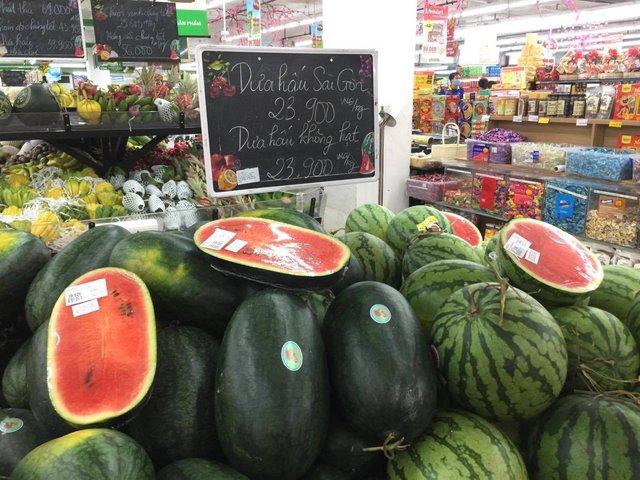 Tết ông Công, ông Táo: Giá thực phẩm chợ dân sinh tăng, hàng siêu thị dồi dào - Ảnh 1.