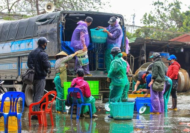 CLIP: Dịch Covid-19, chợ cá lớn nhất Hà Nội vẫn đỏ rực trước ngày cúng ông Công, ông Táo  - Ảnh 3.
