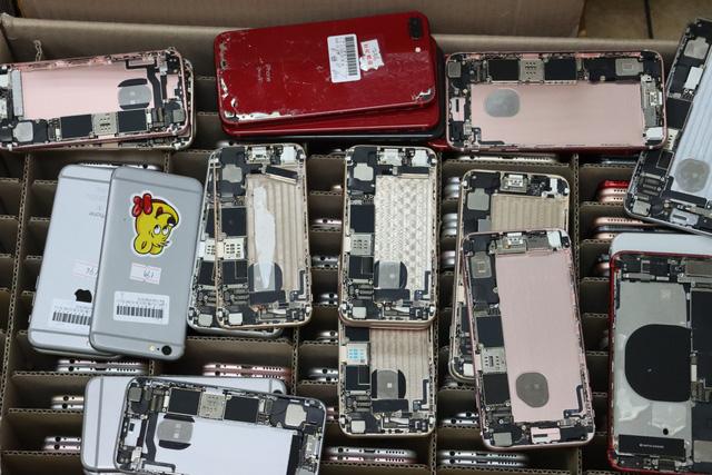 Phát hiện cả nghìn linh kiện điện thoại iPhone nhập lậu qua Nội Bài - Ảnh 1.