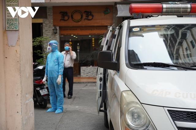 TP.HCM đưa 4 người đi cách ly tập trung, phong tỏa quán cà phê ở Bùi Viện  - Ảnh 1.