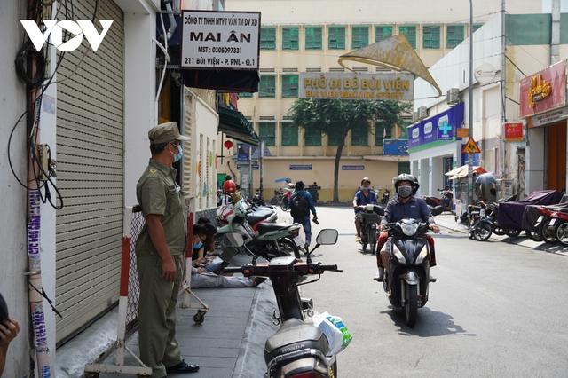 TP.HCM đưa 4 người đi cách ly tập trung, phong tỏa quán cà phê ở Bùi Viện  - Ảnh 2.