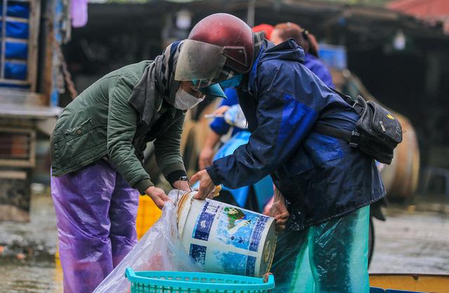 CLIP: Dịch Covid-19, chợ cá lớn nhất Hà Nội vẫn đỏ rực trước ngày cúng ông Công, ông Táo  - Ảnh 14.