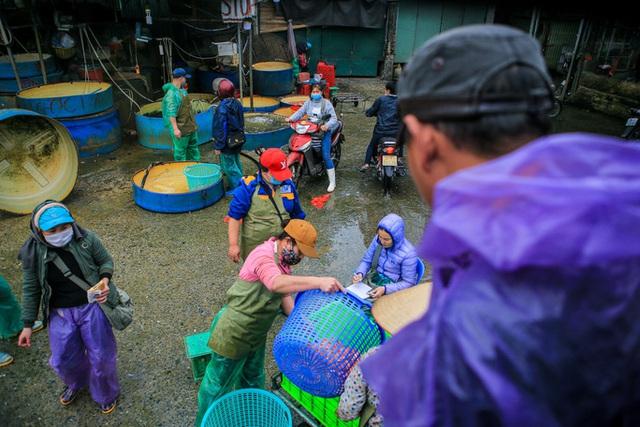 CLIP: Dịch Covid-19, chợ cá lớn nhất Hà Nội vẫn đỏ rực trước ngày cúng ông Công, ông Táo  - Ảnh 4.