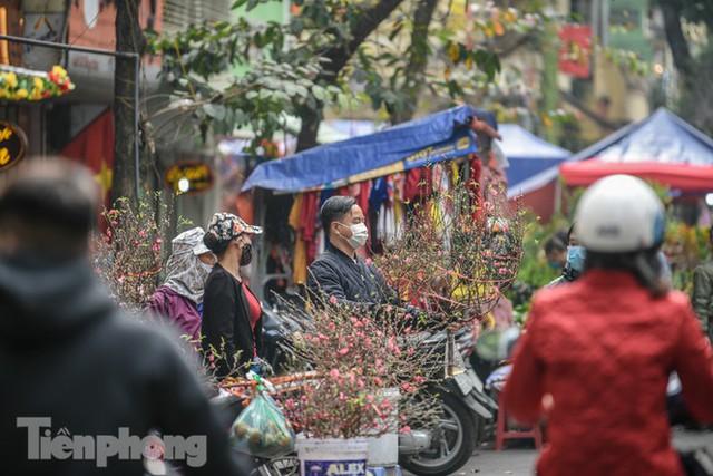 Ghé thăm chợ hoa cổ nhất Hà Nội giữa mùa dịch COVID-19 - Ảnh 7.