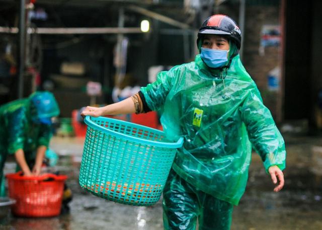 CLIP: Dịch Covid-19, chợ cá lớn nhất Hà Nội vẫn đỏ rực trước ngày cúng ông Công, ông Táo  - Ảnh 11.