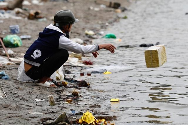 Sông hồ oằn mình gánh rác mỗi dịp tiễn ông Công ông Táo, có nên giữ tục thả cá phóng sinh hay không? - Ảnh 2.