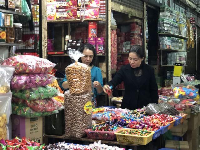 Dịch tái bùng phát phức tạp, người dân đến chợ đầu mối Hà Nội vẫn quên khẩu trang - Ảnh 1.