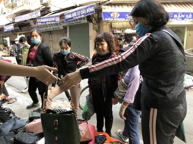 Dịch tái bùng phát phức tạp, người dân đến chợ đầu mối Hà Nội vẫn quên khẩu trang - Ảnh 2.