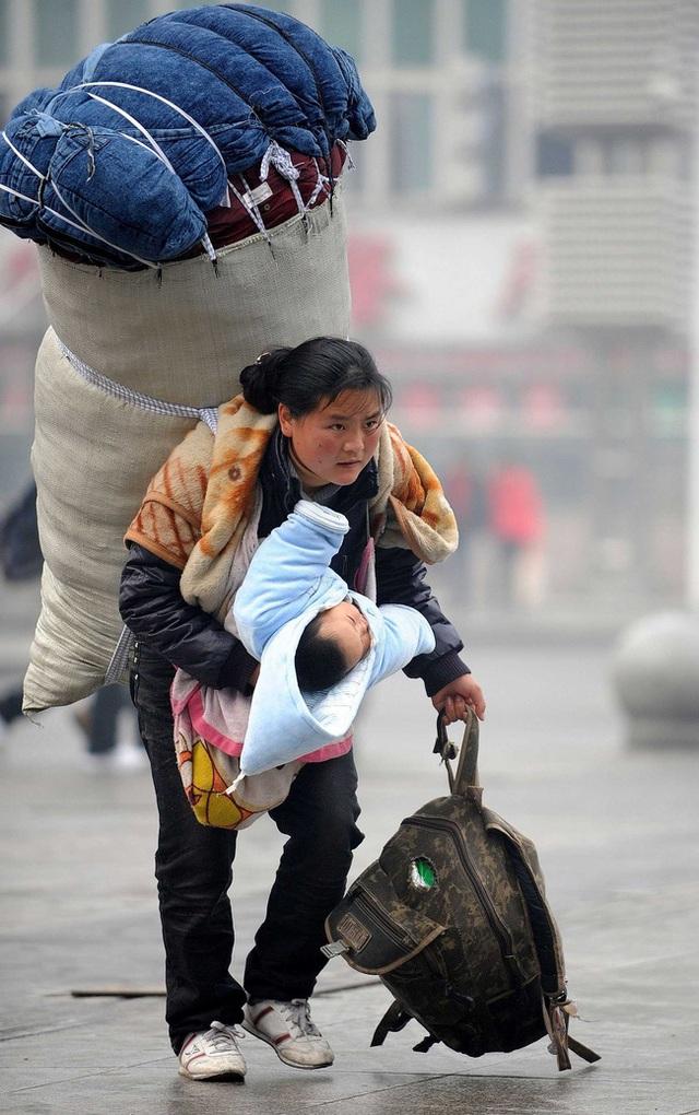 Người mẹ vừa vác hành lý vừa bế con về quê ăn Tết từng gây chấn động MXH xứ Trung, 11 năm sau đứa trẻ đã qua đời nhưng cuộc sống mẹ em gây ngỡ ngàng - Ảnh 1.