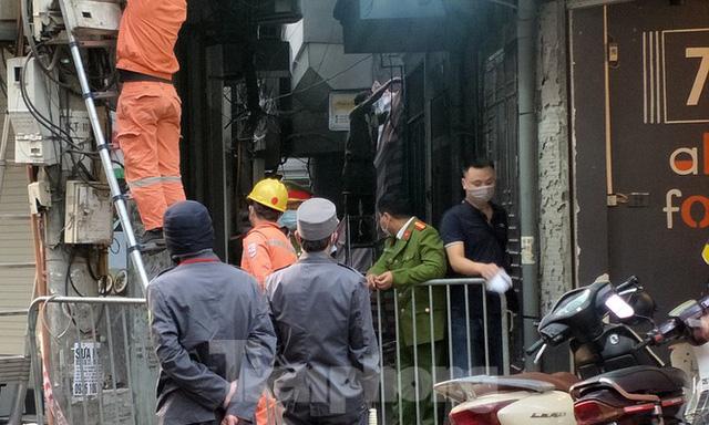 Cảnh sát phong tỏa con ngõ vụ hỏa hoạn 4 thanh niên tử vong - Ảnh 1.