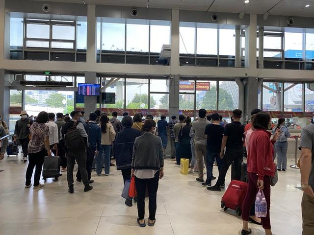 Hành khách xếp hàng dài ở sân bay Tân Sơn Nhất để đổi trả vé Tết vì dịch Covid-19 - Ảnh 2.