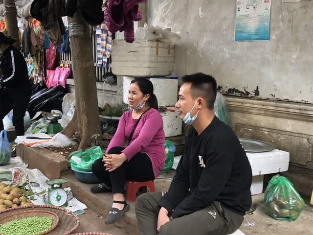 Dịch tái bùng phát phức tạp, người dân đến chợ đầu mối Hà Nội vẫn quên khẩu trang - Ảnh 11.