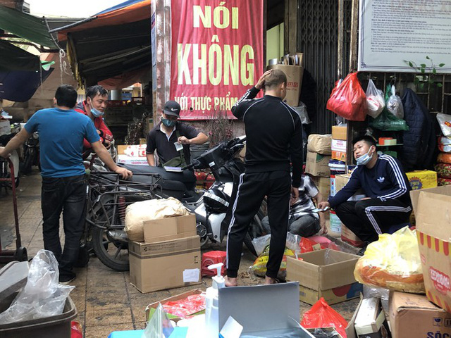 Dịch tái bùng phát phức tạp, người dân đến chợ đầu mối Hà Nội vẫn quên khẩu trang - Ảnh 12.