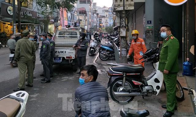 Cảnh sát phong tỏa con ngõ vụ hỏa hoạn 4 thanh niên tử vong - Ảnh 12.