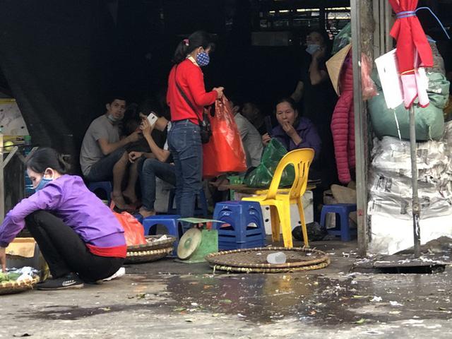 Dịch tái bùng phát phức tạp, người dân đến chợ đầu mối Hà Nội vẫn quên khẩu trang - Ảnh 13.