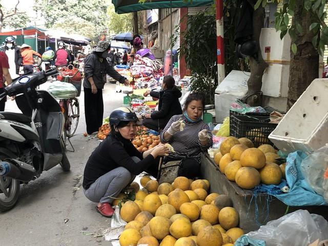 Dịch tái bùng phát phức tạp, người dân đến chợ đầu mối Hà Nội vẫn quên khẩu trang - Ảnh 14.