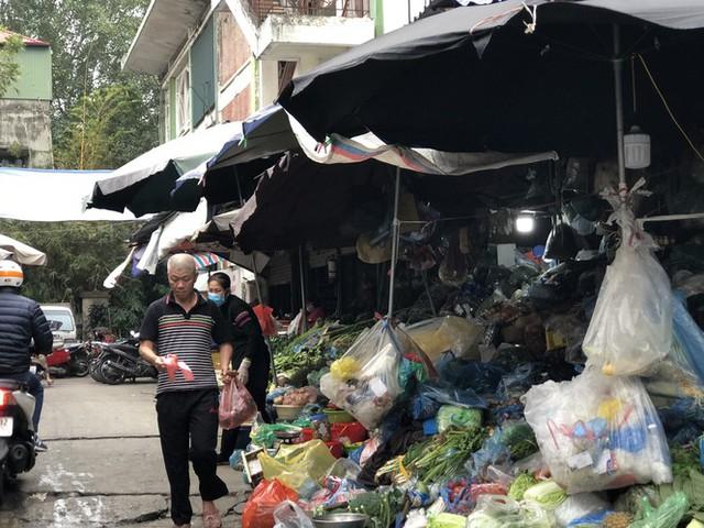 Dịch tái bùng phát phức tạp, người dân đến chợ đầu mối Hà Nội vẫn quên khẩu trang - Ảnh 15.