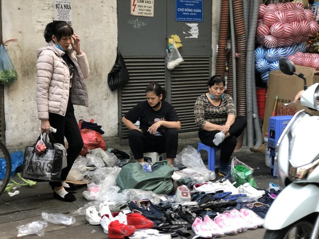 Dịch tái bùng phát phức tạp, người dân đến chợ đầu mối Hà Nội vẫn quên khẩu trang - Ảnh 16.