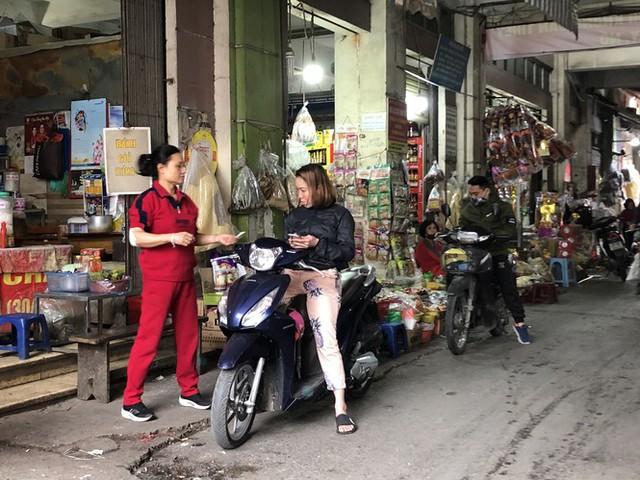 Dịch tái bùng phát phức tạp, người dân đến chợ đầu mối Hà Nội vẫn quên khẩu trang - Ảnh 3.