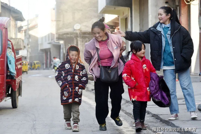 Người mẹ vừa vác hành lý vừa bế con về quê ăn Tết từng gây chấn động MXH xứ Trung, 11 năm sau đứa trẻ đã qua đời nhưng cuộc sống mẹ em gây ngỡ ngàng - Ảnh 3.