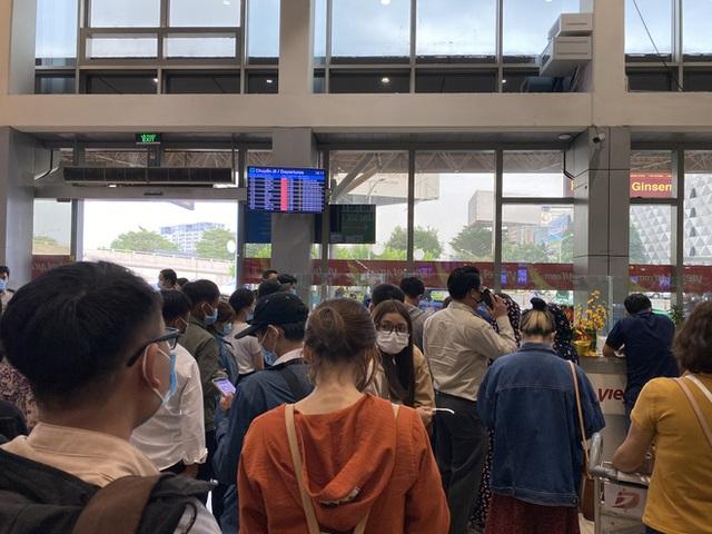 Hành khách xếp hàng dài ở sân bay Tân Sơn Nhất để đổi trả vé Tết vì dịch Covid-19 - Ảnh 3.