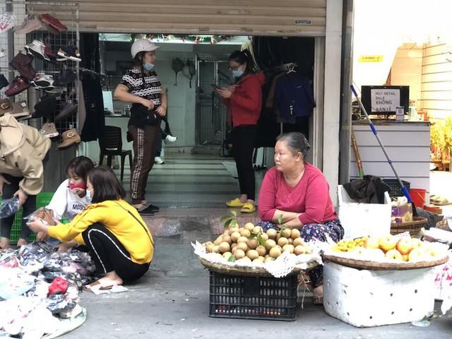 Dịch tái bùng phát phức tạp, người dân đến chợ đầu mối Hà Nội vẫn quên khẩu trang - Ảnh 4.