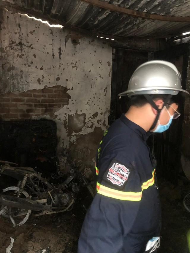 Cảnh sát phong tỏa con ngõ vụ hỏa hoạn 4 thanh niên tử vong - Ảnh 4.
