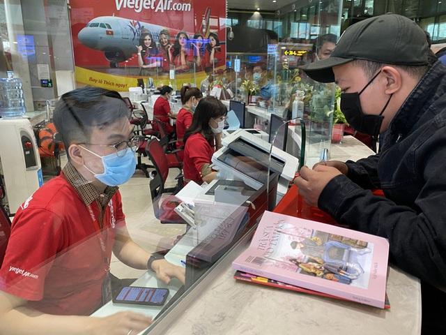 Hành khách xếp hàng dài ở sân bay Tân Sơn Nhất để đổi trả vé Tết vì dịch Covid-19 - Ảnh 4.