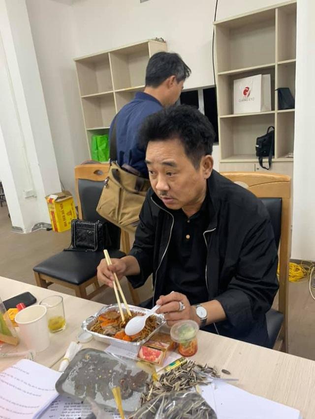 Những bữa ăn vội vã của dàn nghệ sĩ Táo Quân khiến người hâm mộ xót xa: Tất cả là vì món ăn tinh thần đêm 30 của cả nước! - Ảnh 5.