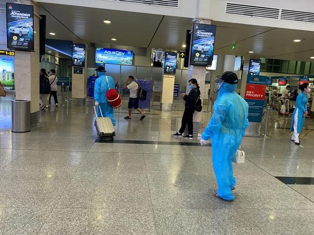 Hành khách xếp hàng dài ở sân bay Tân Sơn Nhất để đổi trả vé Tết vì dịch Covid-19 - Ảnh 5.