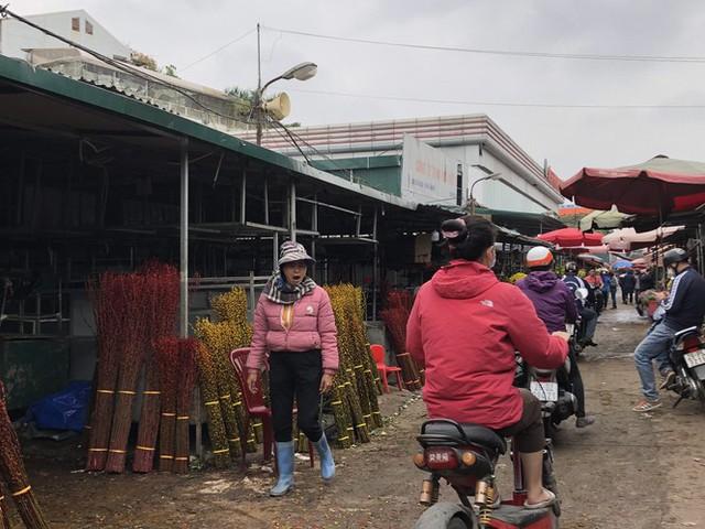 Dịch tái bùng phát phức tạp, người dân đến chợ đầu mối Hà Nội vẫn quên khẩu trang - Ảnh 6.