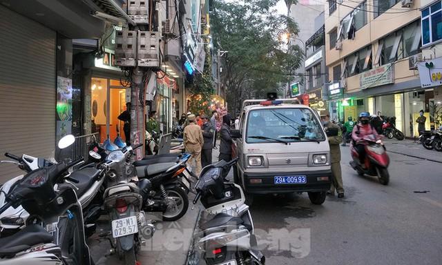 Cảnh sát phong tỏa con ngõ vụ hỏa hoạn 4 thanh niên tử vong - Ảnh 6.