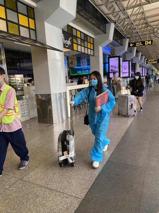 Hành khách xếp hàng dài ở sân bay Tân Sơn Nhất để đổi trả vé Tết vì dịch Covid-19 - Ảnh 6.