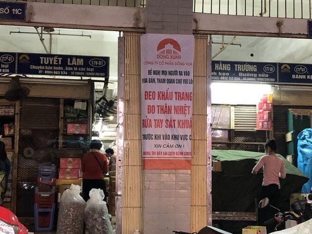 Dịch tái bùng phát phức tạp, người dân đến chợ đầu mối Hà Nội vẫn quên khẩu trang - Ảnh 7.