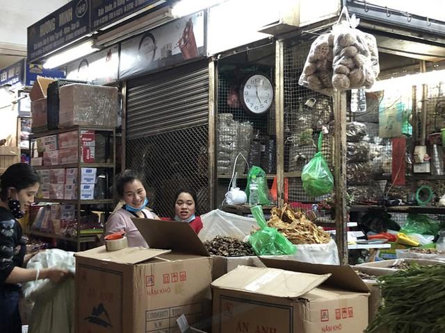 Dịch tái bùng phát phức tạp, người dân đến chợ đầu mối Hà Nội vẫn quên khẩu trang - Ảnh 8.