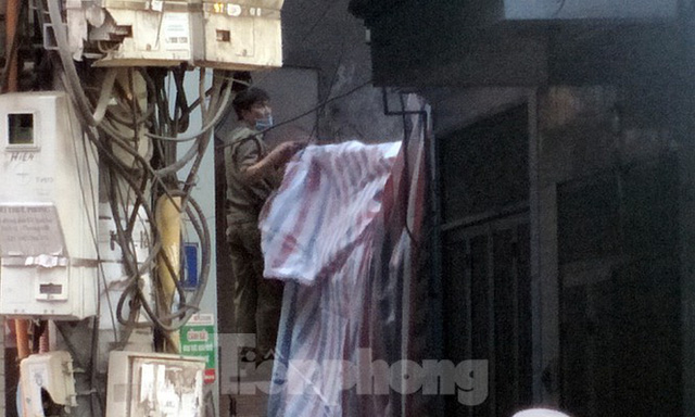 Cảnh sát phong tỏa con ngõ vụ hỏa hoạn 4 thanh niên tử vong - Ảnh 9.