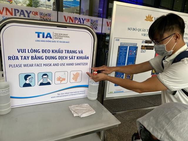 Hành khách xếp hàng dài ở sân bay Tân Sơn Nhất để đổi trả vé Tết vì dịch Covid-19 - Ảnh 9.