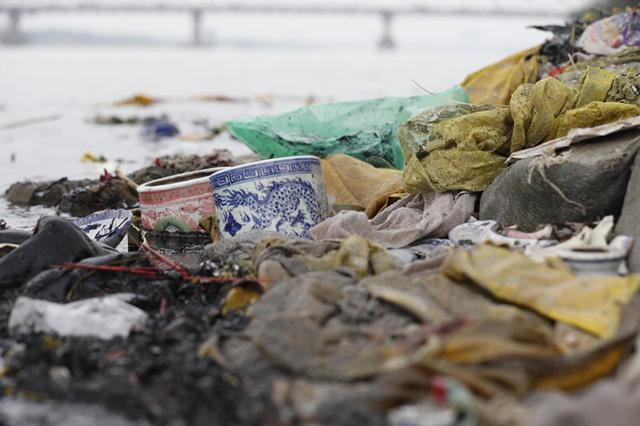 Sông hồ oằn mình gánh rác mỗi dịp tiễn ông Công ông Táo, có nên giữ tục thả cá phóng sinh hay không? - Ảnh 10.