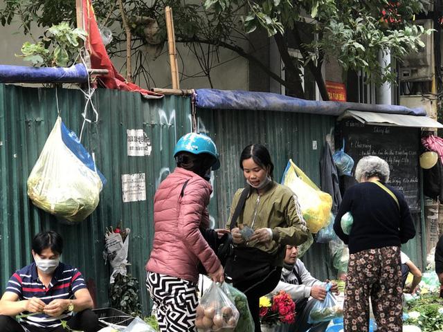 Dịch tái bùng phát phức tạp, người dân đến chợ đầu mối Hà Nội vẫn quên khẩu trang - Ảnh 10.