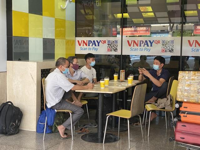 Hành khách xếp hàng dài ở sân bay Tân Sơn Nhất để đổi trả vé Tết vì dịch Covid-19 - Ảnh 10.