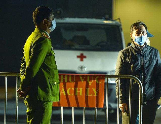 Người dân tự nguyện đến chung cư 88 Láng Hạ lấy mẫu xét nghiệm COVID-19 lúc 1h sáng - Ảnh 2.