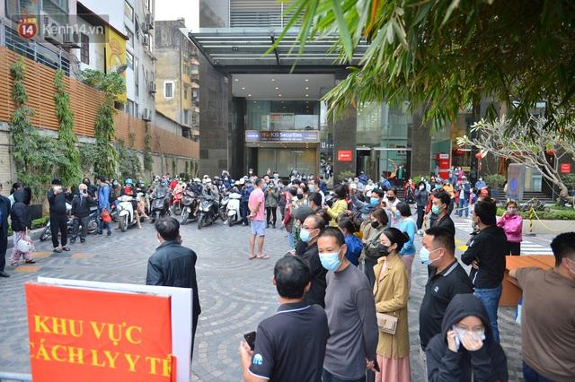 Hàng trăm cư dân ở chung cư 88 Láng Hạ vỡ oà khi được gỡ lệnh phong toả: Năm nay có Tết rồi - Ảnh 1.