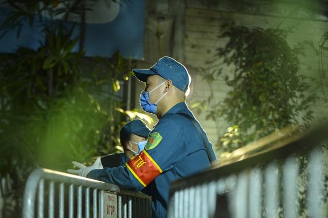 Người dân tự nguyện đến chung cư 88 Láng Hạ lấy mẫu xét nghiệm COVID-19 lúc 1h sáng - Ảnh 12.