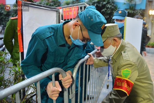 Hàng trăm cư dân ở chung cư 88 Láng Hạ vỡ oà khi được gỡ lệnh phong toả: Năm nay có Tết rồi - Ảnh 12.