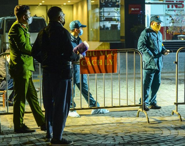 Người dân tự nguyện đến chung cư 88 Láng Hạ lấy mẫu xét nghiệm COVID-19 lúc 1h sáng - Ảnh 13.