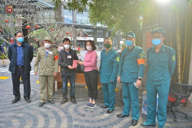 Hàng trăm cư dân ở chung cư 88 Láng Hạ vỡ oà khi được gỡ lệnh phong toả: Năm nay có Tết rồi - Ảnh 19.