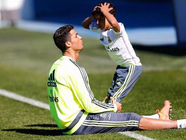 Siêu sao Ronaldo dù bận rộn vẫn đích thân làm điều này cho con trai, nhưng câu chuyện đằng sau mới khiến nhiều người thích thú - Ảnh 4.